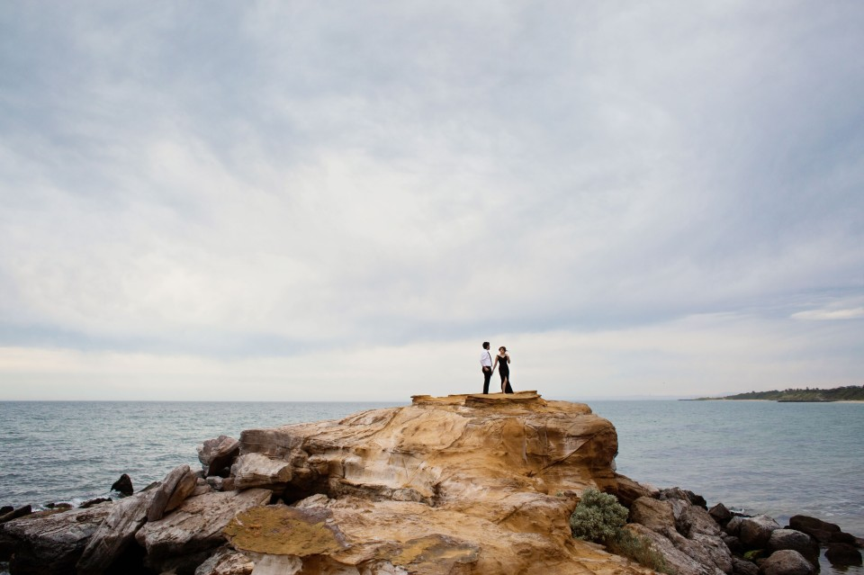 engagement photos by the sea cliffs in Melbourne